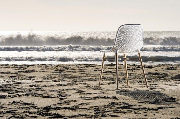 Sedia bar Next, lavorata a trafori per avere un effetto ottico molto suggestivo. Sedia bar con telaio in legno massello di faggio naturale o laccato.