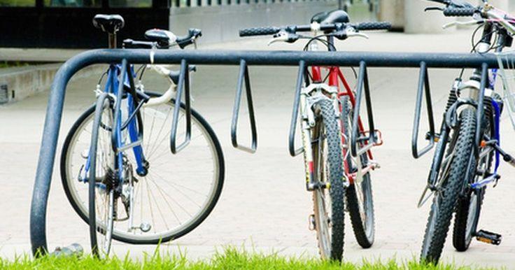 Cómo hacer un remolque de bicicleta de bajo costo. Los remolques de bicicletas son una forma ideal de dejar el coche en casa más a menudo. Incluso si prefieres las bicicletas a los coches, puedes necesitarlos cuando tienes que llevar provisiones u otros artículos grandes. Un remolque de bicicleta puede incrementar la cantidad de carga que puedes llevar en tu bicicleta. Es barato de construir y ...