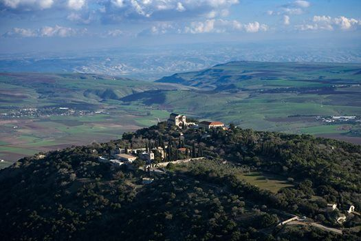 Monte Tabor se encuentra en la baja Galilea, Israel, al oeste del mar de…