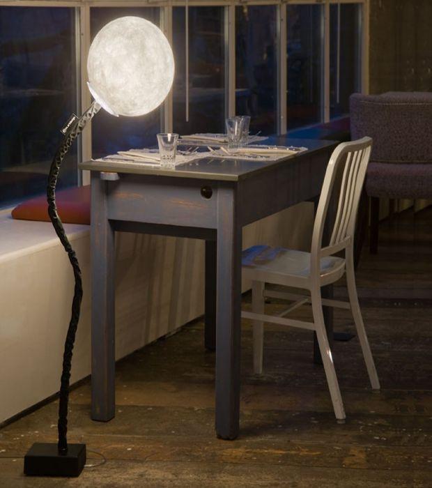 La Micro Luna Piantana, di In-es.art.design, ti permette di plasmare a piacimento la luce dei tuoi ambienti. Fa parte della collezione Luna, contraddistinta da un design che racchiude sfumature e sensazioni variegate.