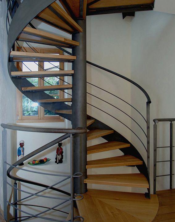 escalera de caracol con poste central en acero y peldaos de madera