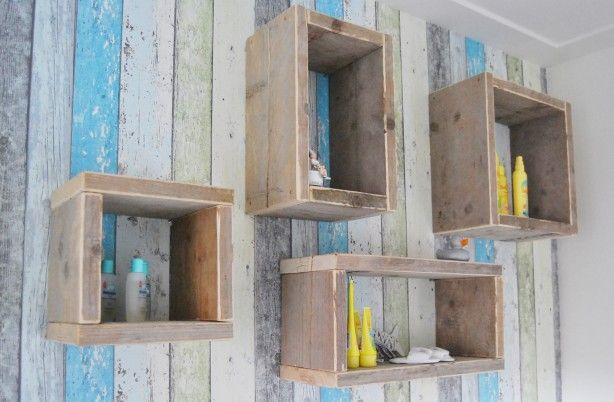Simpele kastjes van oud steigerhout in de babykamer, boven de commode ipv een normale wandplank.   Makkelijk zelf te maken of te bestellen bij de bron