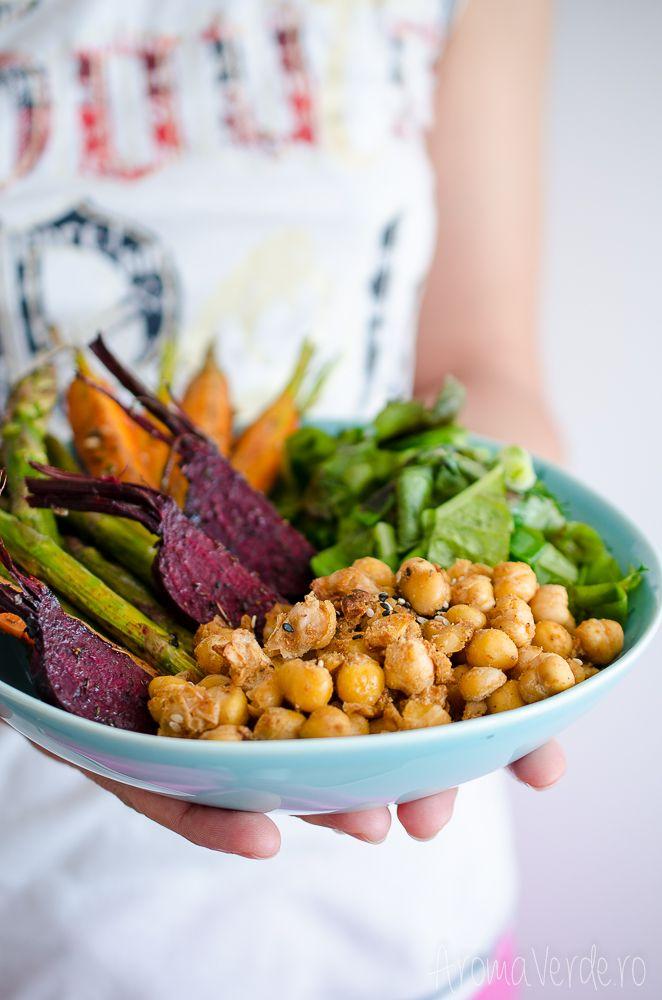 Buddha Bowl cu legume de vară și năut. Sursă bogată de nutrienți, rețetă vegană și ușoară, o masă inteligentă pe care o poți pregăti pentru cei dragi.