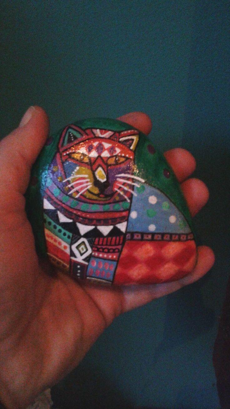 Chat de toutes les couleurs peint sur galet