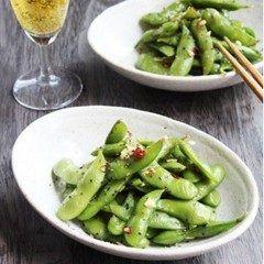 台湾風枝豆にハマっています  台湾でよく食べられている黑胡椒炒毛豆という 枝豆を使ったおつまみがあるんだそうで 最近ネットで話題になっているのをレシピサイトで発見 作ってみるとまぁうまい  作り方は通常通り枝豆を湯がいて水気をきったら フライパンにニンニクごま油黒粗挽き胡椒醤油塩唐辛子をいれてあわせて炒めるだけ  冷凍の枝豆でもピリッと絡みの効いた本格的な味に仕上がります   夏はビールに枝豆で飲む機会が多いけど いつもの枝豆にあきたらぜひ作ってみてください   詳しいレシピhttp://ift.tt/28SKFNf