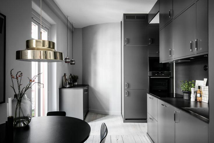 На кухне использован каждый сантиметр полезного пространства, встроенный кондиционер не сразу и заметишь, верхний ряд шкафов в два ряда, найдется места для хранения для всего кухонного инвентаря и посуды и продуктов.
