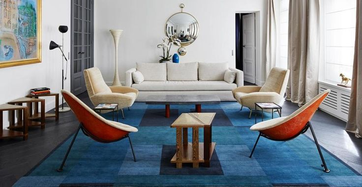 A Parigi la decoratrice Sarah Lavoine rifà il look a un vecchio appartamento. Tra arredi vintage, opere d'arte e le tonalità giuste per creare un ambiente moderno e accogliente. A partire dal colore bianco: usato per le pareti del living fa da sfondo a una serie di arredi retrò dai colori sobri e eleganti.