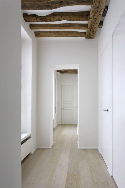 Het eiken parket is hier zeer mooi gecombineerd met de witte muren en wordt in evenwicht gebracht door de houten balken in het plafond. Licht en zeer mooi voor een hall of overloop. Meet informatie over dit type wit geolied parket vindt je op de website van Lalegno (www.lalegno.be).