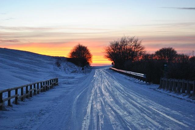 """La strada.   Gelata, al tramonto, sui nostri monti. """"Per qualche ora o per qualche giorno, la strada ci libera dal nostro ambiente abituale, dalle nostre ossessioni, e dalle nostre occupazioni.  Eccoci alla cruda luce del giorno, in faccia a noi stessi. Che cosa valiamo?"""""""