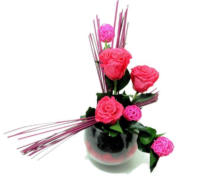Composition de roses naturelles stabilisées dans les tons rose vif. http://themarose.com/home/14-rose-petillant.html