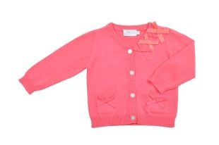 Sweater tipo Cardigan para bebe niña, en color coral. Cuello en V y mangas largas. Lacitos de adorno en color coral al frente.