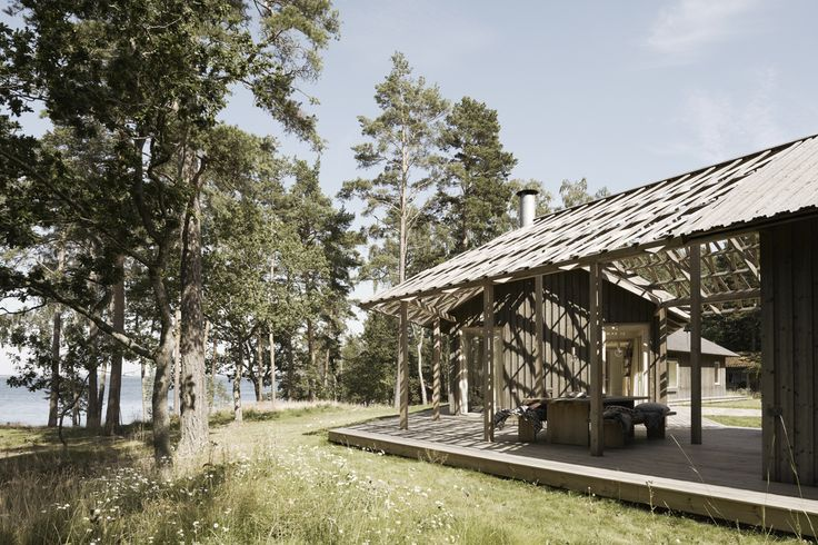 Skräddarsytt arkitektritat hus - www.sommarnojen.se #architecture #summerhouse #exterior #skandinaviskdesign #skandinaviskarkitektur #sommarhus #fritidshus #pergola #altan