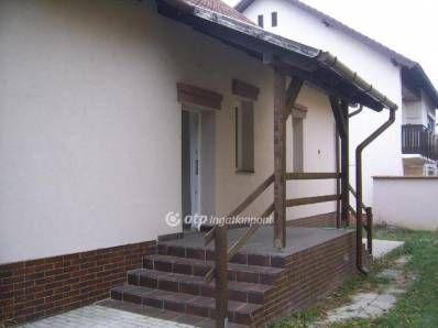 Eladó Miskolc Csabai kapu kedvelt és frekventált részén, egy 80 nm-es, téglából épült, gáz cirkó fűtéses, 2+1/2 szobás, teljes körűen átépített és felúj...