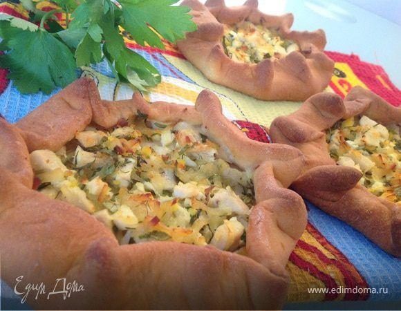 Мини-пироги с курицей и яйцом. Ингредиенты: зелень, чеддер, сливочное масло