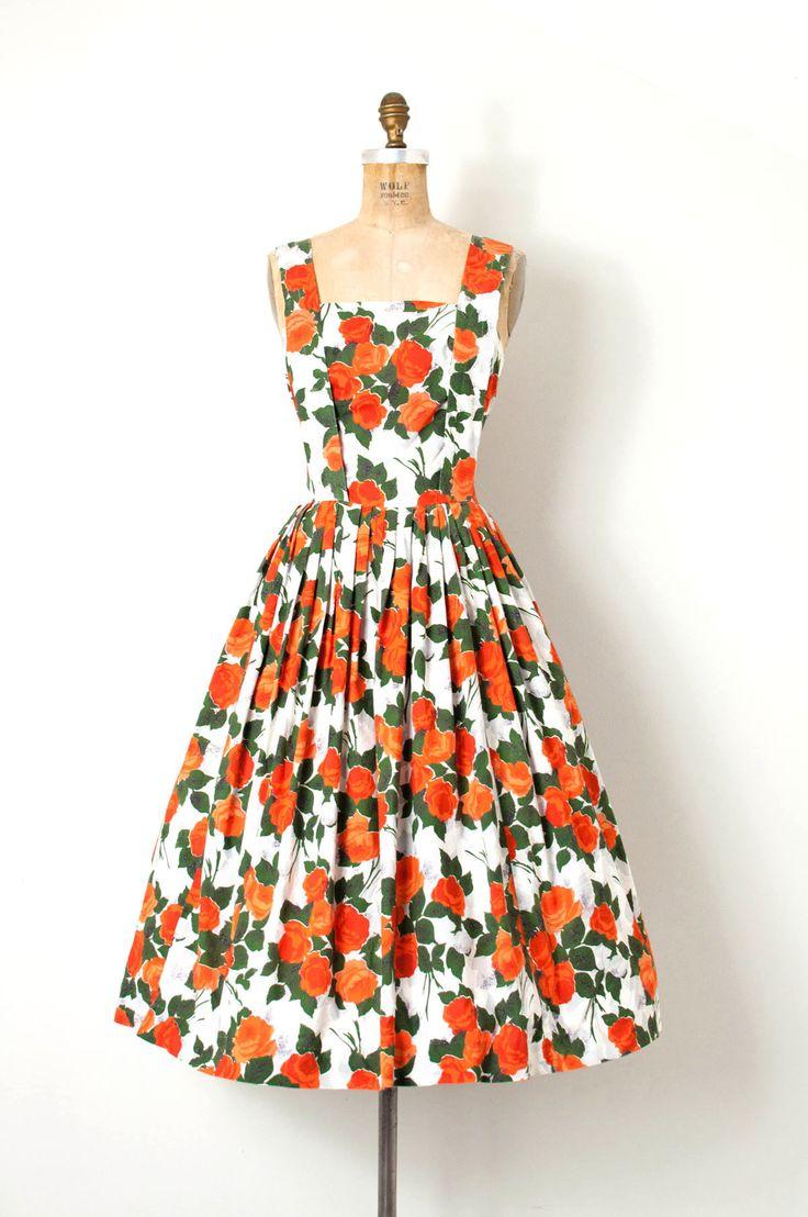 Vintage jaren 1950 jurk in een mooie roze print katoen. strapless bodice met bijgevoegde Bretel-stijl schouderbanden (zo cool!), volledige ongeperst geplooide rok, en verborgen terug center metalen rits.  (gefotografeerd met een crinoline niet inbegrepen)  L EEN B E L Kerrybrooke | Sears, Roebuck en Co. U.S.A  M E EEN S U R E M E N T S buste 35 taille 28 heupen openen lengte 46  beste zal passen bij een kleine en middelgrote       |      |     |     |     |  zorg ervoor dat meten…