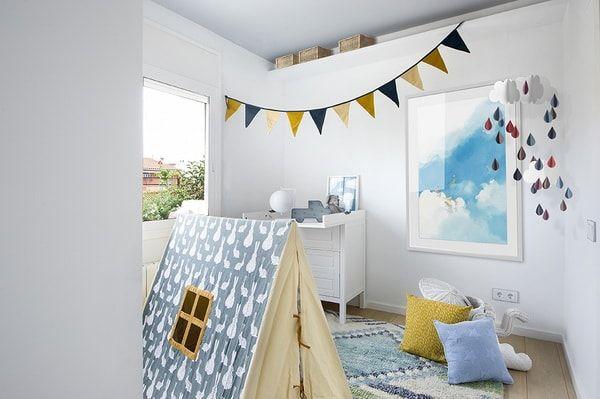 Dormitorio infantil en blanco y azul. Banderines para decorar dormitorios infantiles. Habitación infantil en blanco y azul.