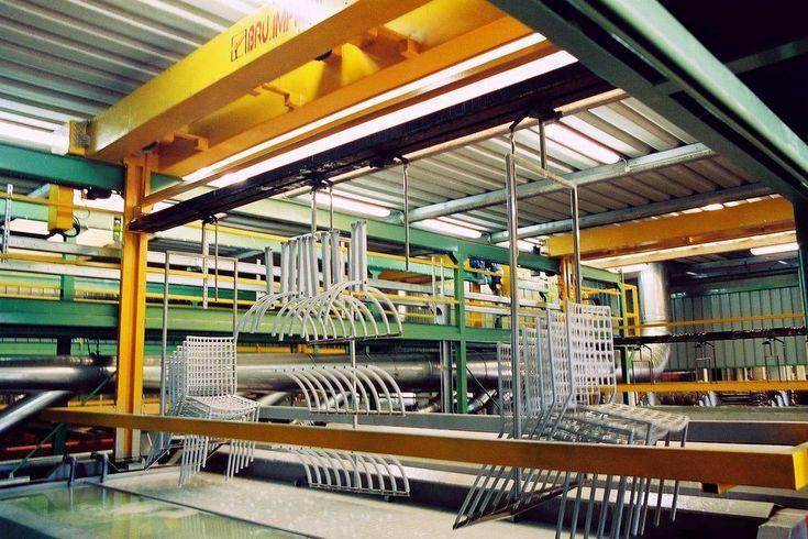 Carro trasportatore, gestito in modalità automatica, per il trasporto dei telai porta-pezzi lungo la linea delle vasche di trattamento in un impianto di verniciatura in cataforesi