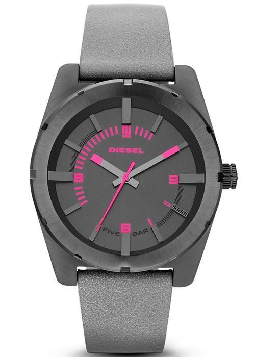 Pembe ve koyü renklerinin mükemmel uyumunu bu saatte görmeniz mümkündür. Diesel markasının DZ5359 saat modelini 387 Türk Lirası karşılığında satın alabilirsiniz.