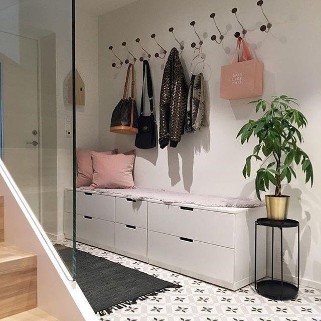 Прохладному серому бетону противопоставляются теплые и уютные деревянные поверхности, которые уравновешивают тон и настроение в этом доме. Также темные поверхности отлично сосуществуют с яркой пастельной мебелью и живыми растениями.