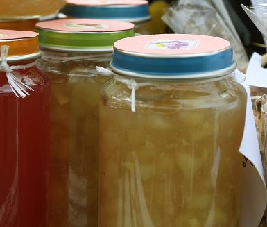 Finmarmelad till ostbrickan med päron och ingefära! Syltsocker innehåller pektin som gör marmeladen fast och kaliumsorbat som ger längre hållbarhet.