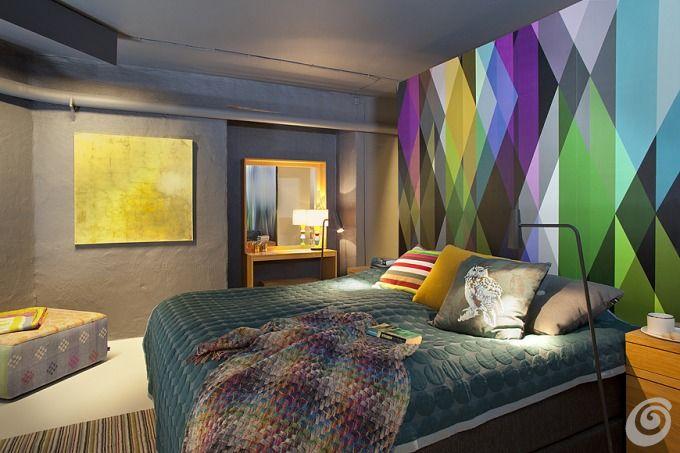 Camere da letto :: Camera da letto grigia con parete decorata