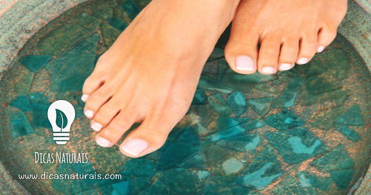O Listerine contém uma substância chamada salicilato de metila, este componente ajuda na remoção das células mortas da pele. É importante remover as células mortas dos pés para não haver proliferação de fungos tanto na pele como nas unhas. Numa bacia mergulhe os pés em Listerine, misturado com um pouco de água, durante 20 minutos. Depois seque bem os pés com uma toalha. Faça este tratamento 2 vezes por dia e sempre que achar necessário. Este produto também tem outras utilizações: Piolhos –…
