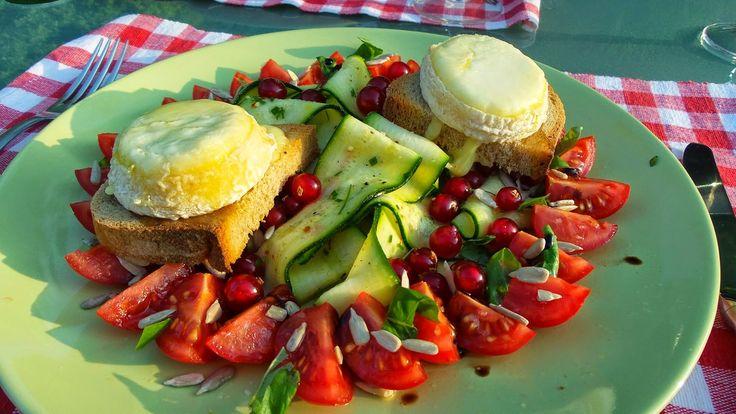 Crottin de chèvre chaud à la gelée royale et salade de tagliatelles de courgette, tomates cerise et raisinets