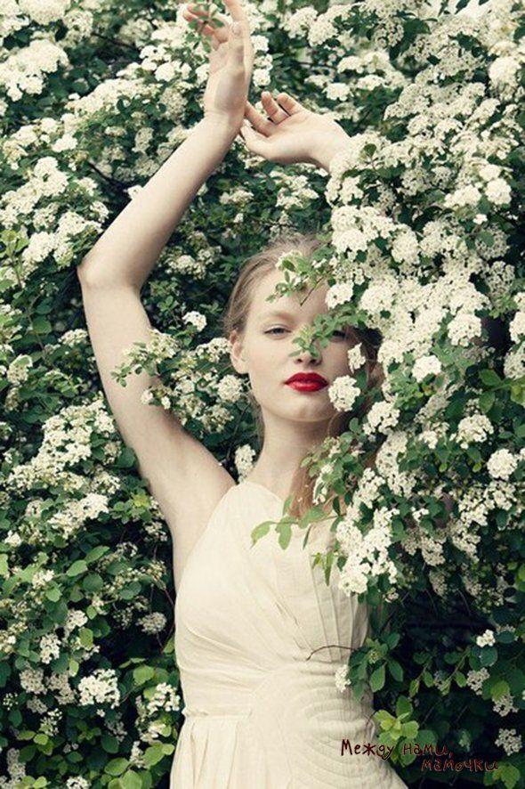 Не упустить время, когда зацветут вишня, яблоня, черемуха. Бросаться в них и позировать! Кстати, здесь есть множество идей для фото.
