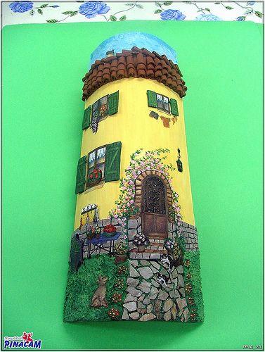 Teja decorada con papel y pasta.  www.manualidadespinacam.com #manualidades #pinacam #tejas #barro