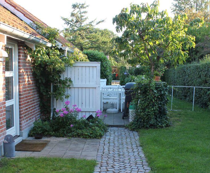 We gaan een tuin verbouwen; dit is voor de verbouwing. Het lijkt een beetje raar omdat de volgende foto's vanaf de andere kant genomen worden. Maar het eindresultaat mag er wezen. ;-)