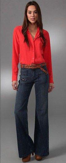 Джинсы клеш, персиковая рубашка, коричневые ботильоны
