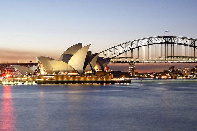 Sydney : Un beau jour de 1788, Arthur Phillip arriva à Botany Bay et fonda la capitale de l'Australie. Voulant à l'origine l'appeler 'Albion', Phillip se ravise rapidement et a décide de nommer la colonie Sydney Cove d'après Thomas Townshend, 1er vicomte de Sydney et Baron Sydney, qui avait aidé à concevoir la stratégie pour emmener les condamnés sur l'île.