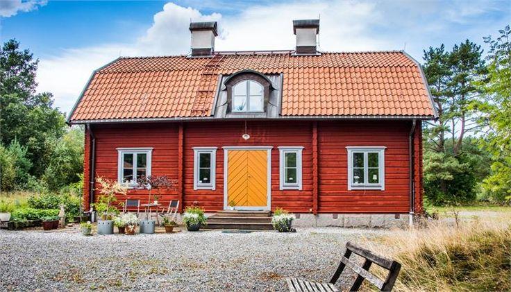 Inte bara ett hus - en hel livsstil. Utmed vägen till Marstrand finner du 2,7 ha mark, ett timmerhus byggt år 2000 på ritningar från tidigt 1700-tal, 80 kvm verkstad/ateljé/stall, plus ett garage med carport och en 50 kvm torpstuga. Till detta kommer ett 15 kvm växthus på tegelgrund och jakttorn. Fridfulla omgivningar och bergvärme.