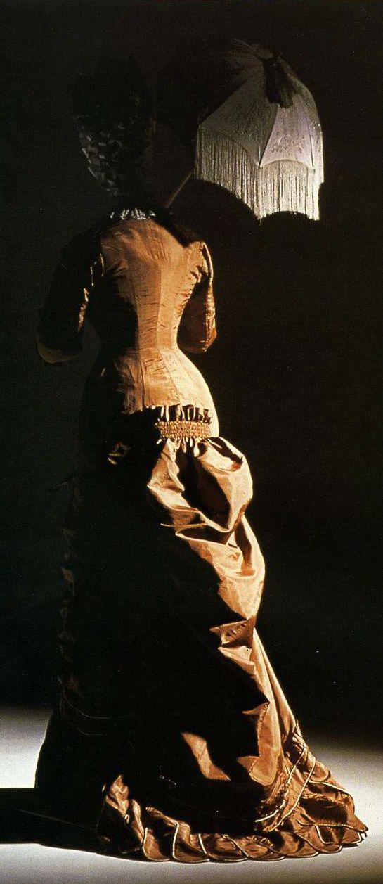 """Дневное платье. Около 1880. Коричневая шелковая тафта со сборками, цельнокроенное платье фасона """"принцесса""""."""