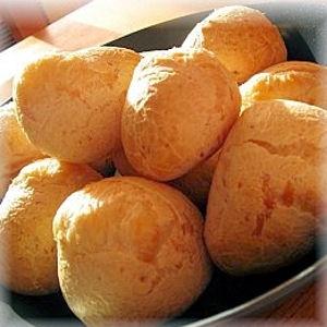 Pao de queijo (pain au fromage brésilien) © Laurence Gisolo