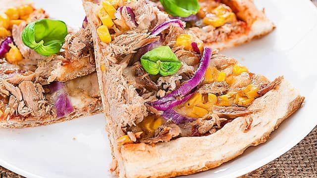 Tuniaková pizza s kukuricou a červenou cibuľou
