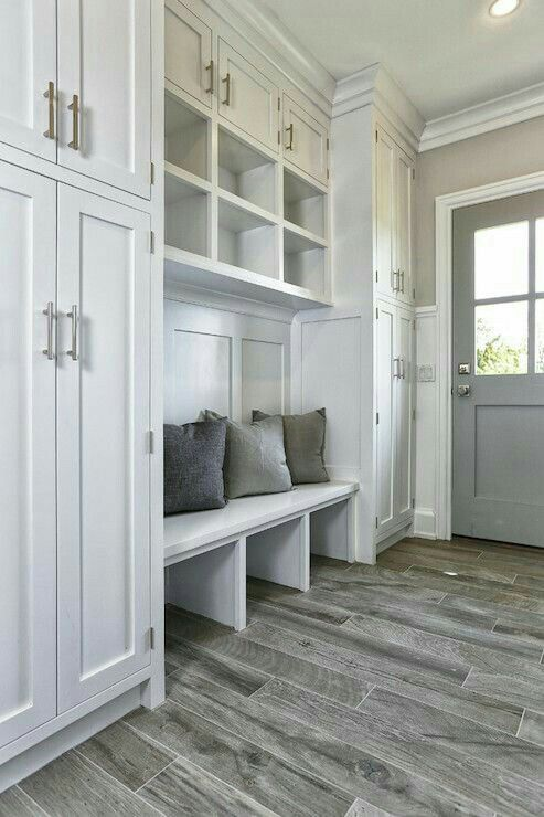 Mudroom | I love those grey wood floors! It goes wonderfully with the grey door ✿̶̥̥ Like this pin? Follow me for more @rosajoevannoy!