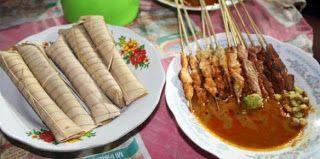 Sate Bulayak adalah makanan tradisional khas Nusa Tenggara Barat yang terbuat dari daging sapi yang dilumuri dengan bumbu khas Lombok dan disajikan dengan lontong
