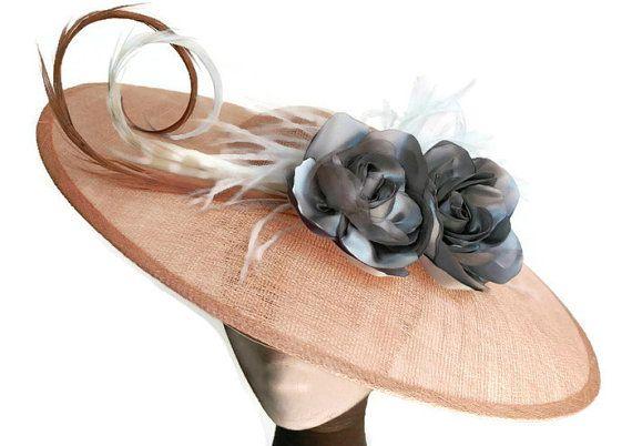 Pamela nude y plata, pamela coral, tocados y pamelas, pamela madrina, tocado boda, tocado nude, tocado rosa palo, tocado gris, pamela flores