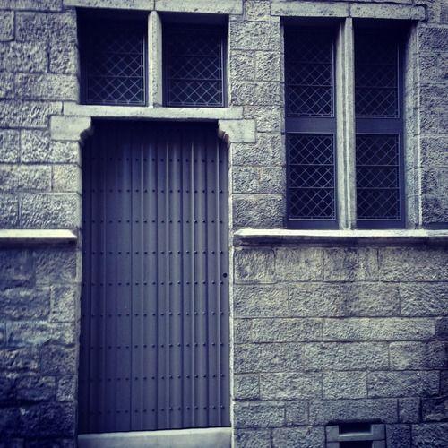 Ik ga opnieuw voor monochroom. Na het blauw van gisteren is het vandaag grijs. Ongelooflijk hoe mooi zo'n eenvoudige deur kan zijn. Ik hou ook wel van de ramen. (174/365)