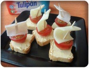 Barcos de vela con mini biscotes, tomates cherry, queso o jamón y margarina