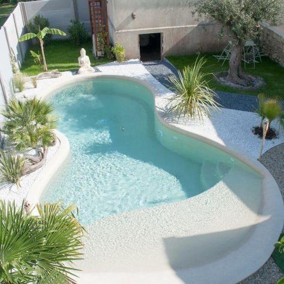 La piscine avec une plage immergée en béton armé monobloc