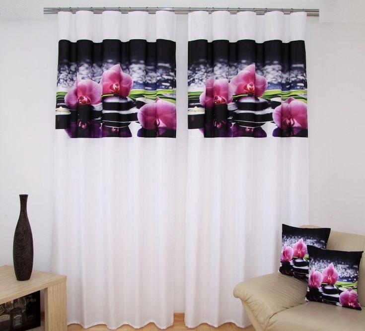 Bílé závěsy do obýváku s růžovými orchidejemi