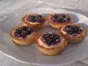 Coconut and blackcurrant tartlets – serves 12 – 14 If you prefer, this can also be made into a standard-sized pie. Ingredients: Coconut filling – make this first 2 dl (0.84 cup) whipping cream 2 dl (0.84 cup) flaked coconut, unsweetened 1 Madagascar vanilla bean* 1,5 – 2 tblsps Bakery+ sweetener** 1 egg yolk 50 gr (1.76 oz) butter, unsalted, softened