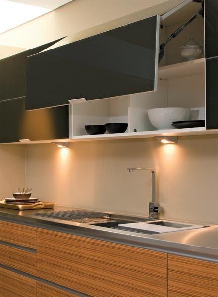 Recursos para turbinar a cozinha - Casa Neste armário, a ferragem interna divide a porta em duas partes dobráveis, permitindo a ampliação do ângulo de abertura e tornando o fechamento mais simples. Da Favo, o módulo de vidro (1,20 x 0,70 m) vale cerca de R$ 4 115 (ano 2010)