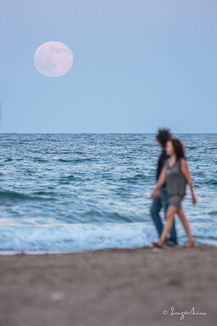 Cómo Fotografiar la Luna y mis Claves para Elegir el Momento Adecuado. [ISO 800, 400mm, f/5.6, 1/200s. Trípode y disparador. Super Luna minutos después de salir por el horizonte, de manera que se puede encuadrar con elementos, como personas]