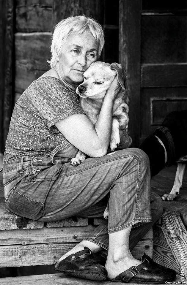 С собакой по кличке Кекс. Маша Слоним. Просто сейчас мне кажется, что это единственный правильный ход. Я создала себе здесь прекрасную жизнь. Я вокруг себя надула пузырь, надела колпак, в котором живу. Окружила себя любимыми людьми. Живу с животными. Внутренняя эмиграция.