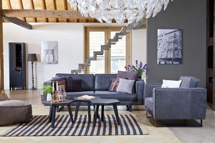 KARWEI | Door je meubels en muren neutraal van kleur te houden, kun je gerust een opvallend tapijt in je woonkamer leggen.
