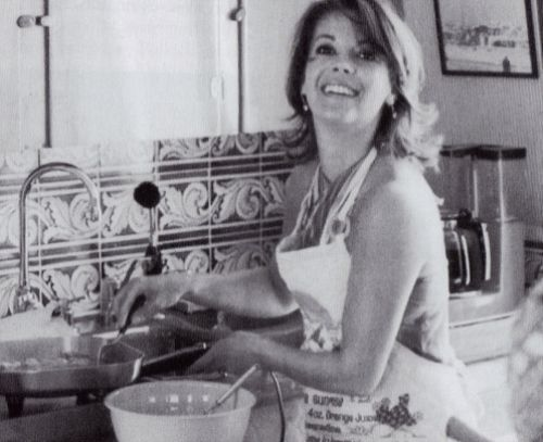 Natalie Wood cooking aboard the Splendor in 1977, making her famous huevos…