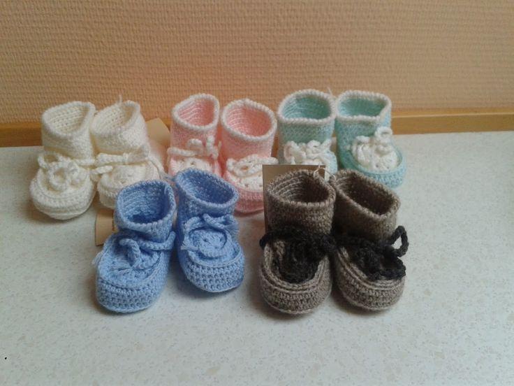 En hækleopskrift på nogle små søde hæklede babystøvler af Jette Langelund Christensen.